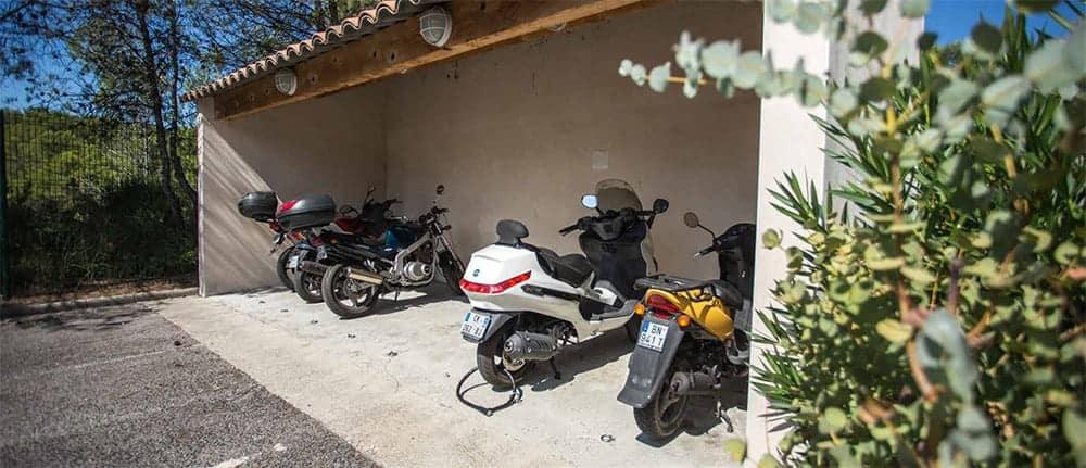 Un parking couvert pour les motos