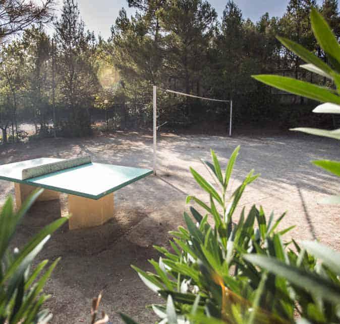 Un terrain de volley et des tables des ping pong sont de libre accès pour les résidents