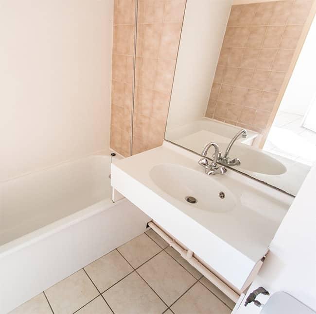 Salle de bain avec, baignoire et douchette, lavabo, miroir et WC